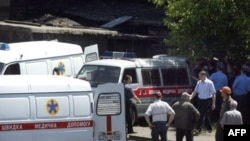 Врятованих гірників із шахти імені Карла Маркса готуються перевезти до лікарень. 9 червня 2008 року