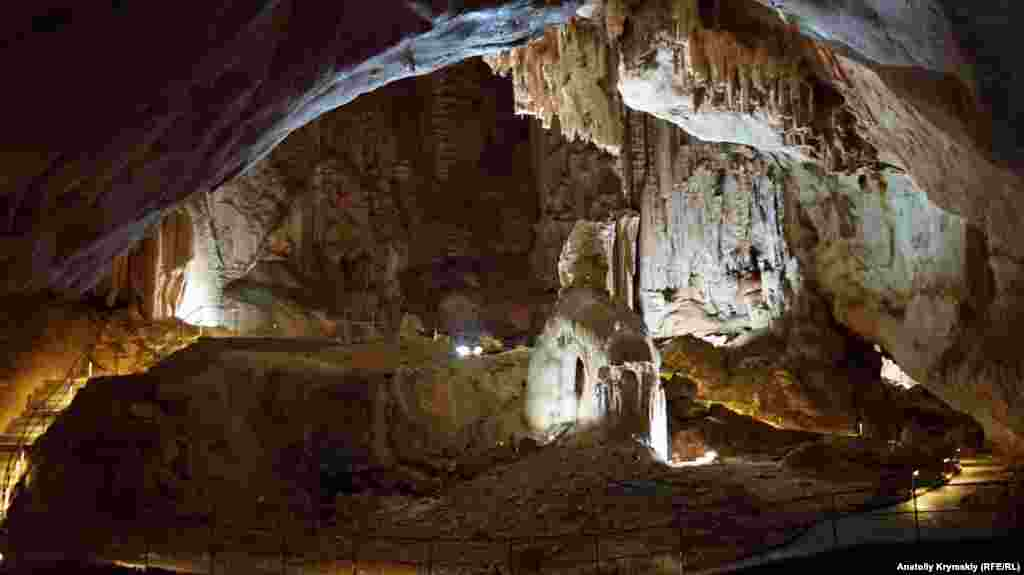 И зимой, и летом температура в пещере стабильно держится на уровне +5 -6 градусов