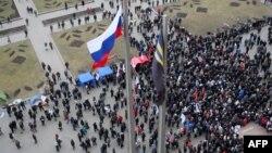 Пророссийские активисты у здания областной администрации. Донецк, 3 марта 2014 года.