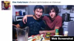 Қазақстандық Диас Қадырбаев (сол жақта) Джохар Царнаевпен бірге. Сурет Қадырбаевтың ВКонтакте әлеуметтік желісіндегі парақшасынан алынған.