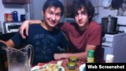 Диас Қадырбаев (сол жақта) пен Джохар Царнаев. Фото Диас Қадырбаевтың VKontakte әлеуметтік желісіндегі парағынан алынды.