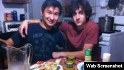 Диас Қадырбаев (сол жақта) мен Джохар Царнаев. Фото Қадырбаевтың VKontakte әлеуметтік желісіндегі парақшасынан алынды.