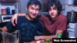 Диас Қадырбаев (сол жақта) Джохар Царнаевпен отыр. VKontakte әлеуметтік желісіндегі парақшасының скриншоты.