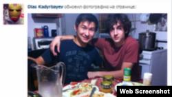Қазақстандық студент Диас Қадырбаевтың (сол жақта) Джохар Царнаевпен бірге түскен суреті.