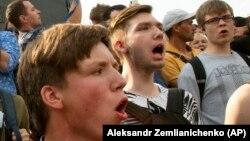 Руски младежи по време на протест в Москва през миналата година (архивна снимка)