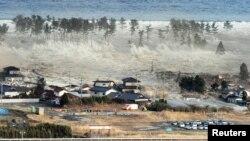 Огромната вълна, която връхлита върху кватал в Натори, префектура Мияги
