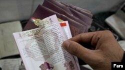 ماموران لباس شخصی در حالی گذرنامه های این دو نفر را ضبط کردند که گذرنامه های هاشم آغاجری و عبدالله مومنی به هنگام سوار شدن به هواپیما مهر خروج نیز خورده بود.