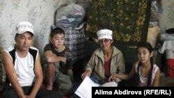 Безработные Базарбек Масабаев (слева) и Бибигуль Бектурсынова (вторая справа) с детьми проводят голодовку. Актобе, 21 сентября 2010 года.