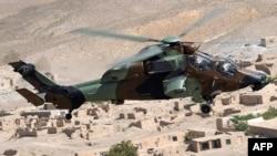 Военный вертолет совершает облет территории в Афганистане. Иллюстративное фото.