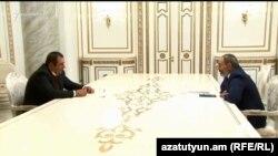 Премьер-министр Никол Пашинян и лидер партии «Процветающая Армения» Гагик Царукян (архивная фотография)