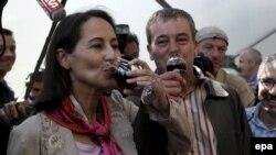 Сеголен Руаяль с энтузиазмом выдает французским виноделам советы по части плотности и тела их продукции
