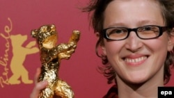 Jasmila Žbanić sa osvojenom nagradom ¨Zlatni medvjed¨, Berlin, 2006.