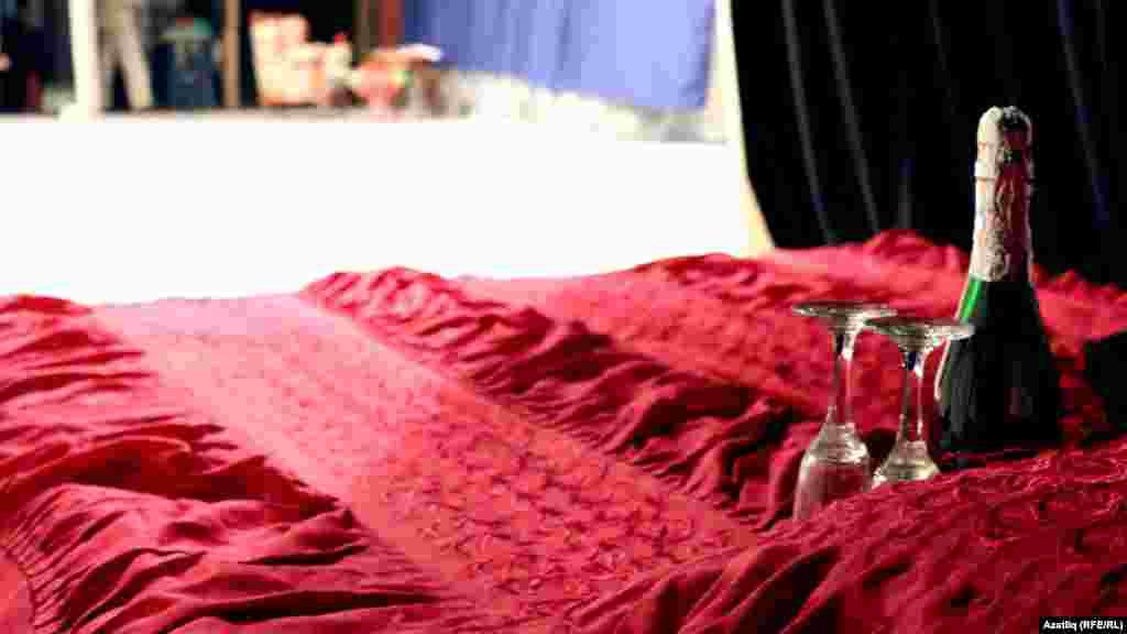 Илтөзәр әфәндегә кичә башлануга чыгып уйнарга кирәкле карават