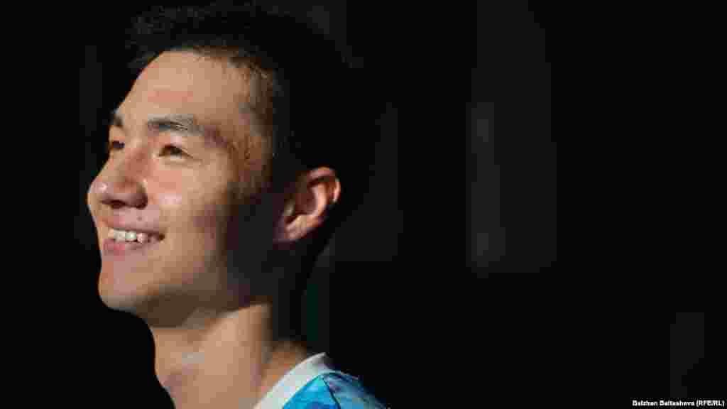 У 18-летнего Серика ампутированы ноги, он четыре года занимается паралипийскими видами спорта. Кандидат в мастера спорта международного класса. Бронзовый призер Азиатских юношеских Паралимпийских игр в Малайзии 2013 года, капитан команды города Алматы по волейболу сидя, а также капитан команды юношеской паралимпийской сборной Казахстана.
