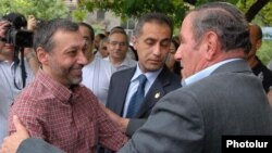 Armenia -- Opposition leader Levon Ter-Petrosian (R) greets former Foreign Minister Aleksandr Arzumanian after his release from jail, 22Jun2009.