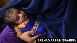 Жінка-біженка з Афганістану тримає на руках немовля, архівне фото