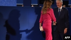 Билл Клинтон, бывший президент США и муж кандидата в президенты Хиллари Клинтон, обменивается рукопожатием с Меланией Трамп, супругой кандидата Дональда Трампа. Сент-Луис, 9 октября 2016 года.