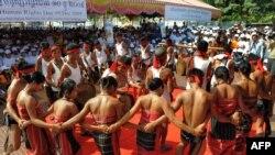 Участники одного из национальных праздников танцуют традиционный танец, Камбоджа, Пномпень.