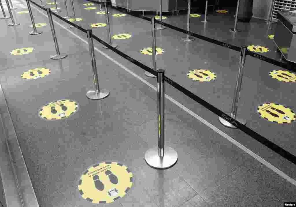 Наліпки для дотримання фізичної дистанції між пасажирами в міжнародному аеропорту «Бориспіль» в Київській області