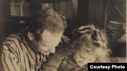 Іван Мележ і старэйшая дачка Людміла. 1948 г. (з архіву сям'і І. Мележа)