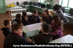 Психолог проводит занятия в группе старшеклассников