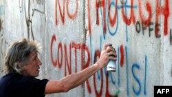 Роджер Уотерс у стены, отделяющей Вифлеем от Израиля (2006 год)