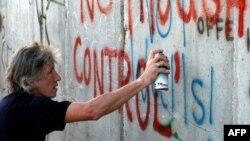 Роджер Уотерс у стены, отделяющей Вифлеем от Израиля (2006 год).