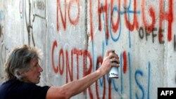 Roger Waters İsraili Qərb sahilindən ayıran divara qraffiti yazır (2006)