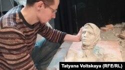 Нюра и скульптор Александр Спиридонов