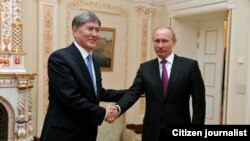 Russiýanyň prezidenti Wladimir Putin (sagda) we Gyrgyzystanyň prezidenti Almazbek Atambaýew (çepde).