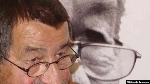 """Günter Grass, autorul memoriilor intitulate """"Decojind ceapa"""""""
