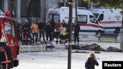 У места взрыва в Стамбуле. 12 января 2016 года.