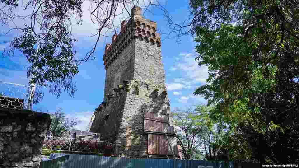 До осені 2017 року на території середньовічної башти святого Костянтина мали завершити протиаварійні роботи. Однак прохід до неї закритий досі