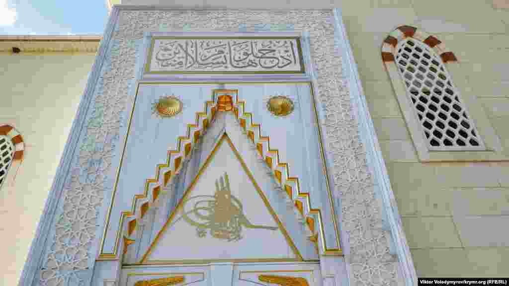 Cami qurucılığında mermer ve siyrek rastkelgen terek çeşitleri qullanıldı. Bütün yazılar arap urufatınen yapıldı, mihrap ve cami kirişinde yaldız altını qullanıldı