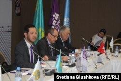 Региональный директор Penal Reform International (PRI) в Центральной Азии Азамат Шамбилов (слева) на конференции по продвижению мер наказания, альтернативных смертной казни. Астана, 28 ноября 2016 года.