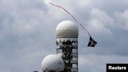 Un zmeu în apropierea fostelor antene ale agenţiei americane de securitate, Berlin, 30 iunie 2013