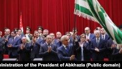 Церемония инаугурации президента прошла 9 октября. Участие в ней приняли представители всех трех ветвей власти – законодательной, судебной и исполнительной, представители ЦИКа и оппоненты Хаджимба