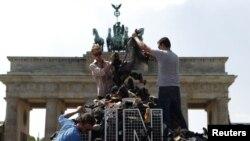 """Берлиндагы Бранденбург капкасы каршында Сребреница корбаннарына """"һәйкәл"""""""