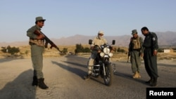 Аўганскія паліцыянты правяраюць матацыкліста