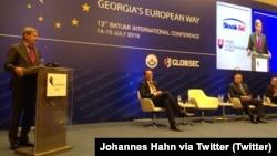 Վրաստան - ԵՄ հանձնակատար Յոհանես Հանը ելույթ է ունենում «Վրաստանի եվրոպական ուղին» համաժողովում, Բաթումի, 14-ը հուլիսի, 2016թ․