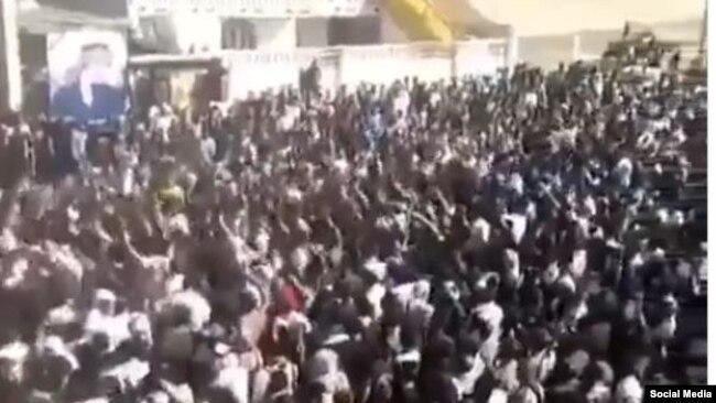 نمایی از یک تجمع اعتراضی در اهواز در روز دوشنبه