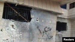 منزل مدّمر بالقذائف قرب حمص السورية