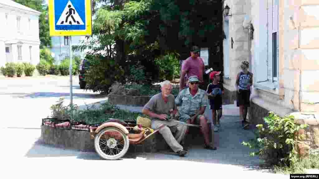 По средам на площади у остановки местные жители устраивают рынок