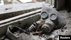 Маска ў закінутым доме ў Прыпяці, ля Чарнобыльскай АЭС