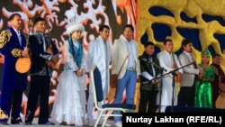 Участники айтыса на сцене. Астана, 5 июля 2013 года.