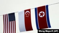 په سینګاپور کې د شمالي کوریا، سینګاپور او امریکا بیرغونه ځای په ځای ځړول شوي دي.