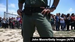 """Policajac stoji dok porodice čekaju da vide svoje najmilije tokom """"Otvaranja dana nade"""" na granici SAD i Meksika, ilustrativna fotografija"""