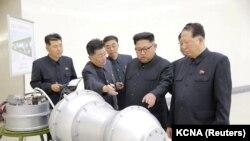 Liderul nord-coreean Kim Jong Un dicutând programul nuclear al țării, nedatat