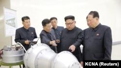 Лидер КНДР Ким Чен Ын с учеными.