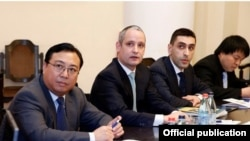 Armenia - Senior executives from the Dubai-based investment company Rasia and China Communications Construction Company meet Prime Minister Tigran Sarkisian in Yerevan, 18Feb2014.